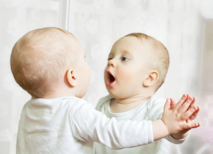 鏡を見る赤ちゃん