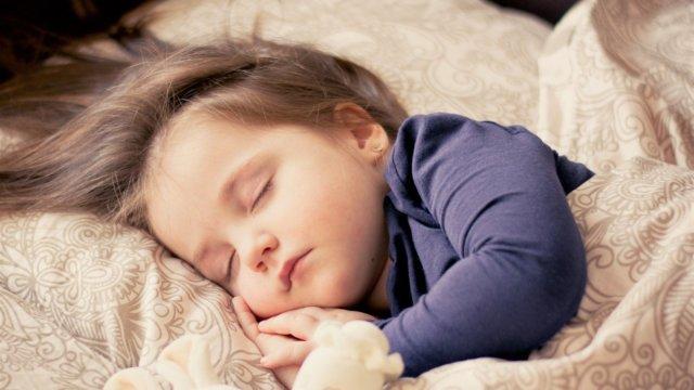 眠っているかわいい子供